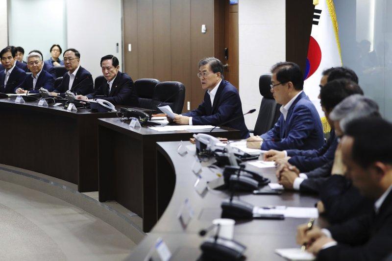 南韓總統文在寅29日凌晨緊急召開國家安全會議,討論如何因應北韓不久前發射的洲際彈道飛彈威脅。(美聯社)