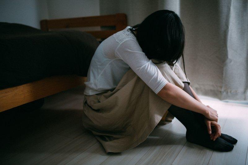 性侵的發生不是僅僅用貧困、電玩來解釋的,更不是因為女性有多少性伴侶或者穿了什麼、做了什麼導致的。(示意圖,非當事人/すしぱく@pakutaso)