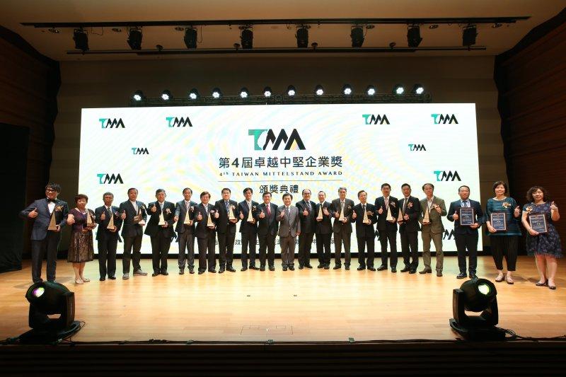 第4屆卓越中堅企業獎頒獎典禮,行政院林錫耀副院長(中)、經濟部李世光部長(中左1)、工業局呂正華代理局長(中右1)與18家獲獎企業合影(圖 / 中衛發展中心提供)