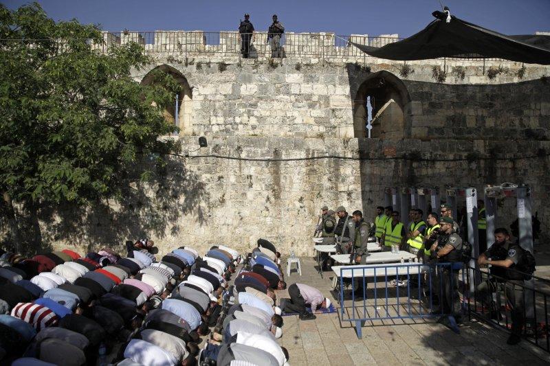 阿克薩清真寺外,穆斯林集體膜拜。(美聯社)