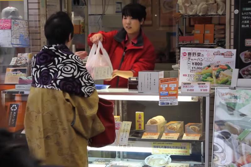 到神戶非正餐時間,這些小點心深受當地人喜歡,可以買著邊吃邊逛街,。(示意圖/翻攝自youtube)