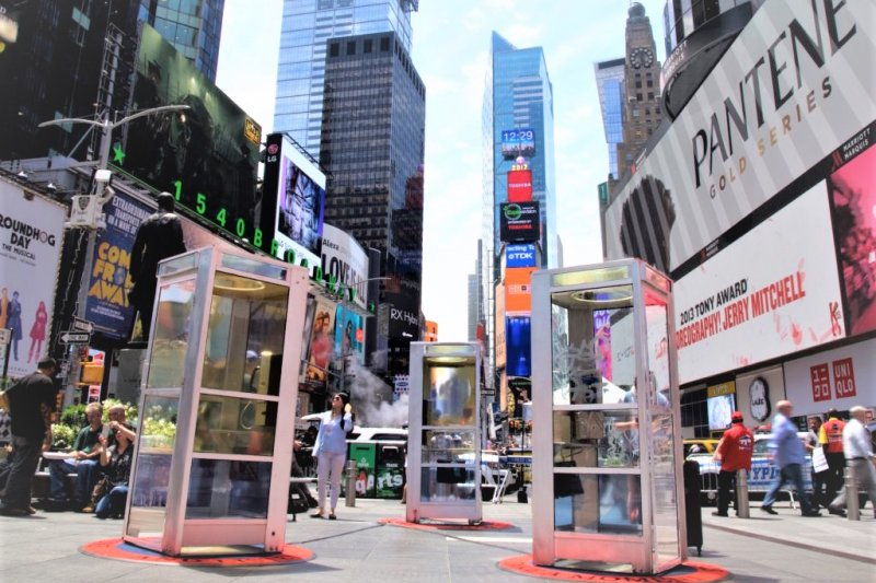 阿富汗裔藝術家Aman Mojadidi突發奇想,在紐約時代廣場裝設三個神奇電話亭,讓一般民眾可以聽見移民的心聲。(圖/澎湃新聞提供)