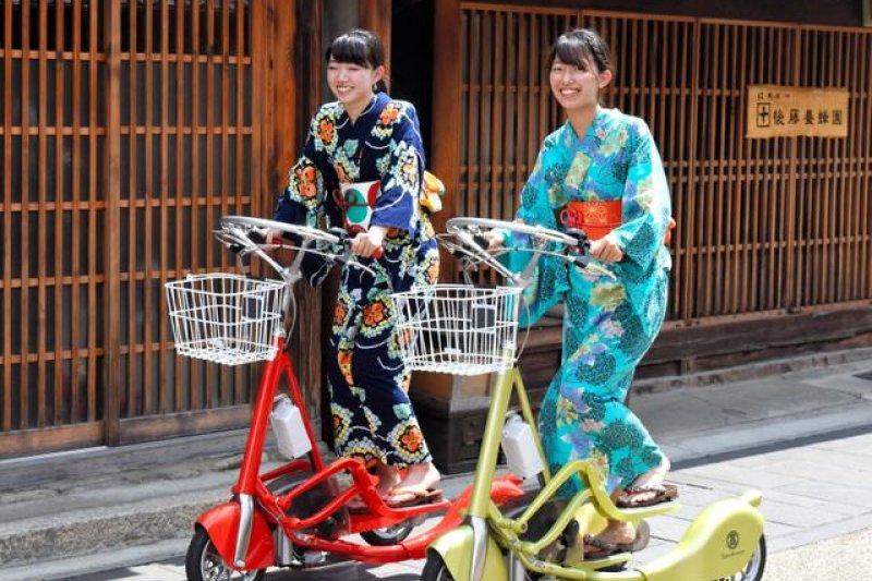 穿著和服踩著電動三輪車的人們=攝於8月1日(圖/日本購物攻略提供)