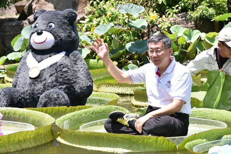 台北市長柯文哲的IG常常有些有趣的圖文,吸引年輕人的目光。圖為台北市長柯文哲與世大運吉祥物「熊讚」一起坐在大王蓮上漂浮。(資料照,台北市政府提供)
