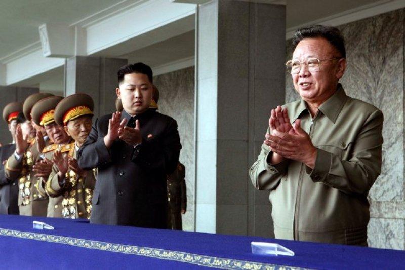 2010年,金正恩(左)首度在北韓官媒亮相,右為其父親、前北韓領導人金正日。(美聯社)