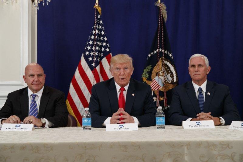 美國總統川普(中)10日針對北韓問題發表談話,右為副總統彭斯,左為白宮國家安全顧問麥克馬斯特(AP)