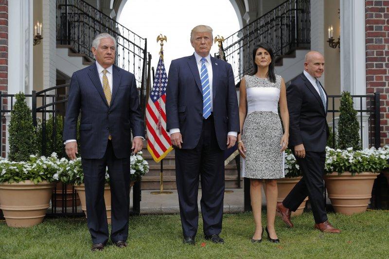 美國總統川普(中)、美國駐聯合國大使海莉(右)、美國國務卿提勒森(左)11日會面(AP)