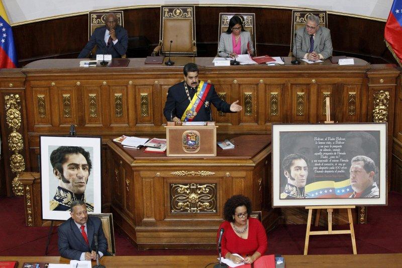 8月10日,委內瑞拉總統馬杜洛(中)在首都卡拉卡斯的國民議會大樓裡對著制憲大會成員發表演說(AP)