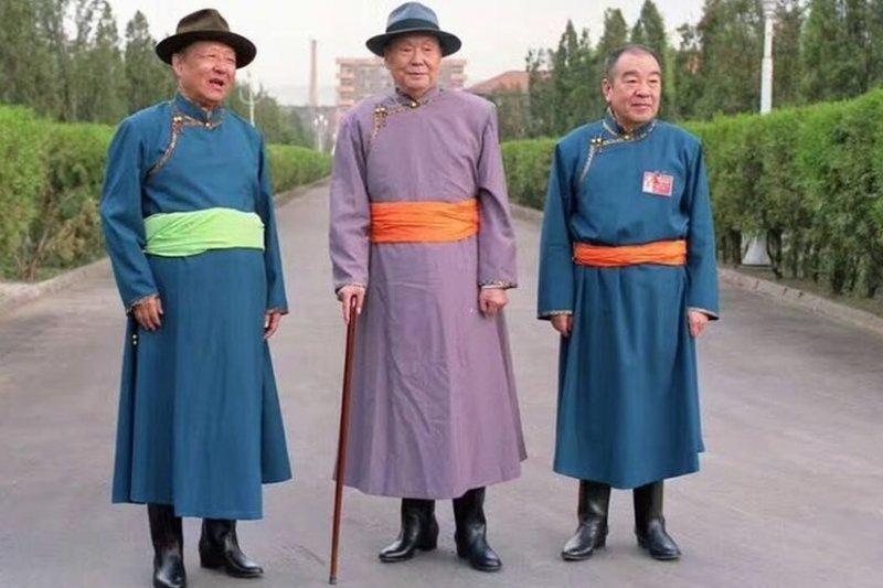 後來擔任過中國國家副主席的烏蘭夫(中)在文革前一直是內蒙古自治區的領導人,他同中國最高領導人習近平的父親,中共元老習仲勳(左)淵源很深。右為烏蘭夫的長子,原國家副主席布赫。布赫的女兒布小林現在是內蒙古自治區政府主席。(BBC中文網)