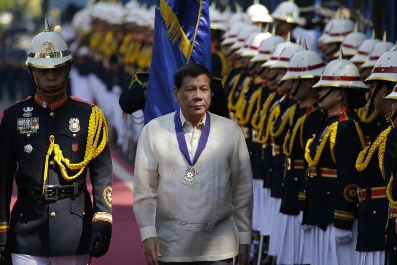 菲律賓總統杜特蒂檢閱警察部隊(AP)