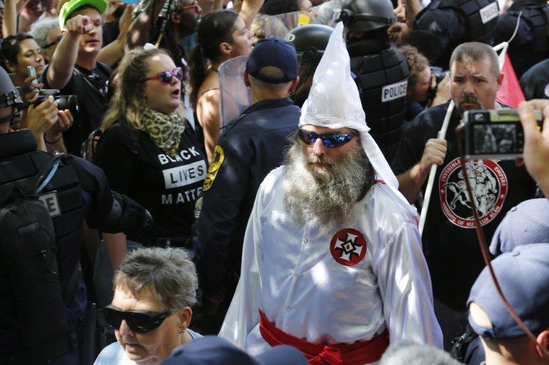 美國維吉尼亞州沙洛斯維(Charlottesville)12日有白人至上主義者舉行大會,三K黨徒也來參與,引發死傷慘重的衝突(AP)