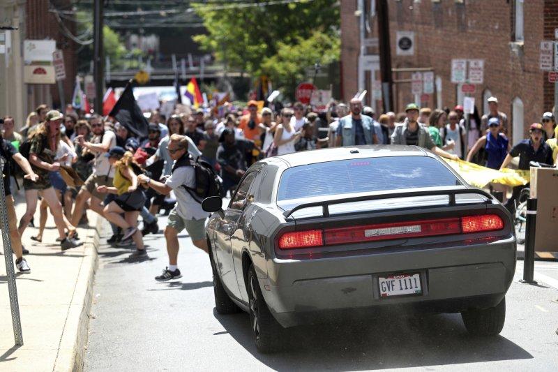 美國白人至上主義者12日在維吉尼亞州的沙洛斯維集會,許多民眾走上街頭反制,卻遭到一輛轎車衝撞,造成至少1人死亡、數十人輕重傷。(AP)
