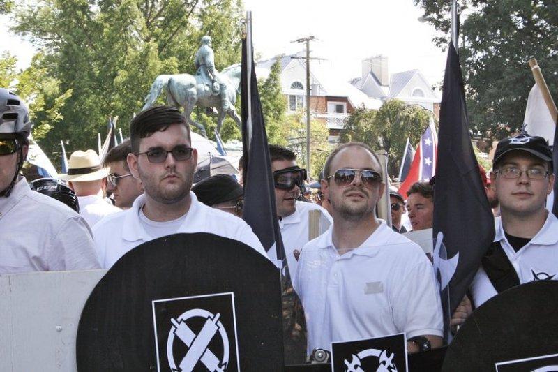 費爾茲(左2)12日上午參加極端白人至上團體「美國先鋒」的活動(AP)