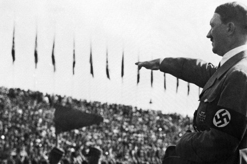 如同在《創世紀》當中,對於身體的知識不是問題,而是解答。勝出者應當彼此交配:希特勒認為,人類在殺伐之後的責任是性和繁衍。圖為希特勒對台下群眾行納粹禮。(資料照,AP)