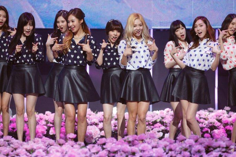 包括少女時代在內的韓國流行歌手在和平演唱會中演出。(BBC中文網)