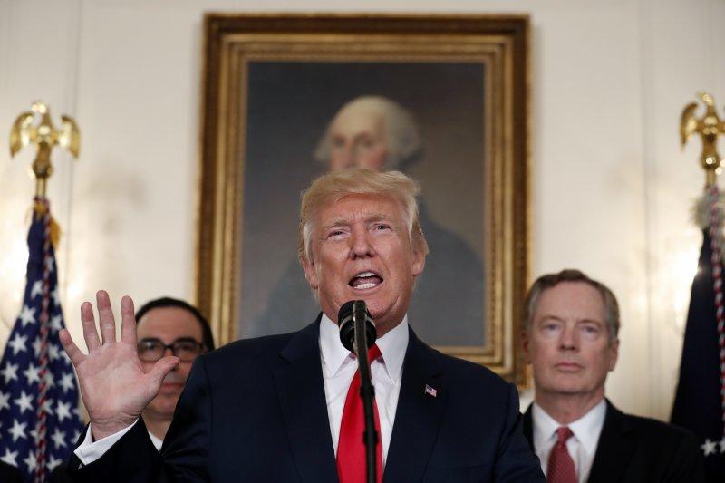 美國總統川普14日在白宮簽署總統備忘錄,授權美國貿易代表審查「中國貿易行為」,針對中國在技術轉讓等知識財產權領域的作法,研究是否將展開正式調查。