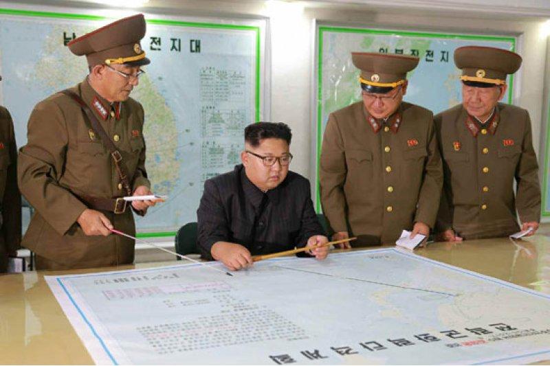 金正恩8月14日在朝鮮人民軍戰略軍司令部聽取有關戰略軍瞄准關島近海射彈方案的報告。(勞動新聞)