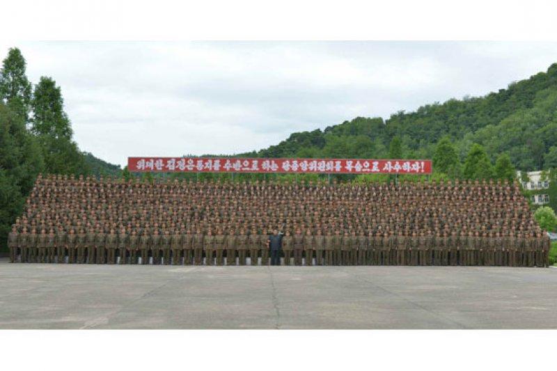 金正恩視察戰略軍司令部,與官兵合照留念。