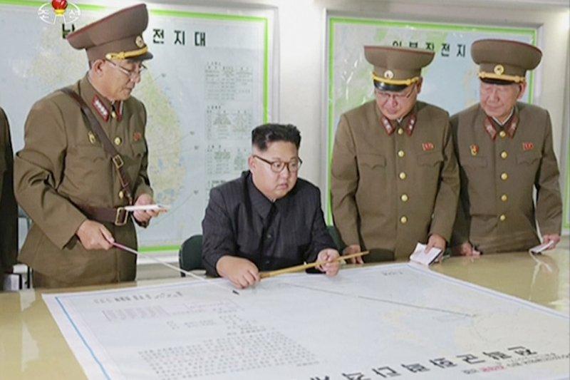 北韓打關島:北韓領導人金正恩聽取朝鮮人民人戰略軍司令部報告(AP)