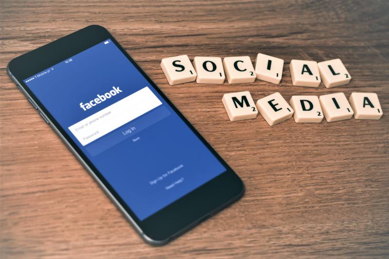 Facebook動態時報大改版,希望讓增加易讀性,讓用戶和貼文互動變得更容易。(圖/Hamza Butt@flickr)