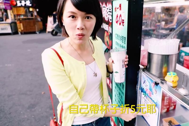 副發言人、「新北梁詠琪」黃詩婷親自入鏡,拍攝「不塑之客友善夜市」宣傳影片,16日在新北市長朱立倫臉書上首播。(取自朱立倫臉書)