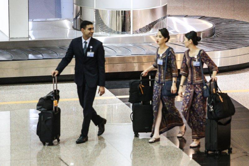 20170819-配圖-風數據,同工不同酬專題,機場系列,新加坡航空的空姊、空服員。(陳明仁攝)