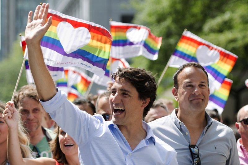 加拿大總理杜魯道(左)和愛爾蘭總理瓦拉德卡參加蒙特婁同志大遊行。(美聯社)
