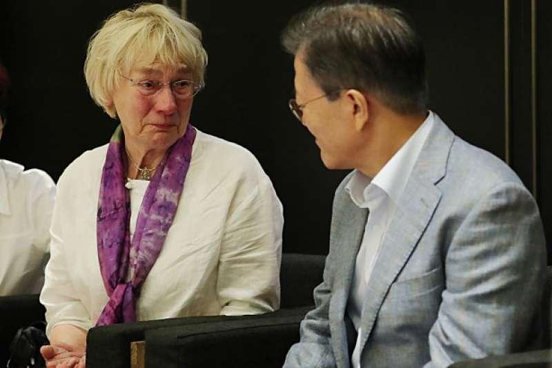 文在寅總統與辛茲彼得的遺孀。(翻攝Naver)