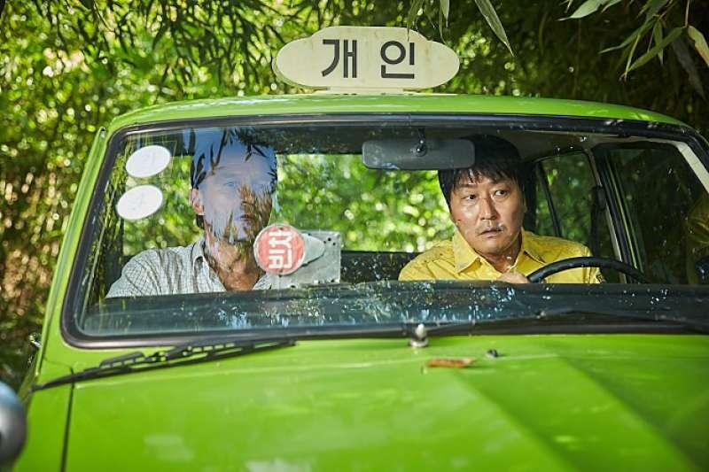 由南韓影帝宋康昊飾演的金萬燮,在不清楚彼得來歷的情況下載其前往光州。(翻攝Naver)