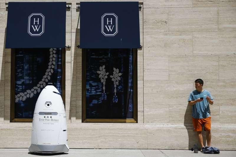 機器人搶飯碗怎麼辦?(美聯社)
