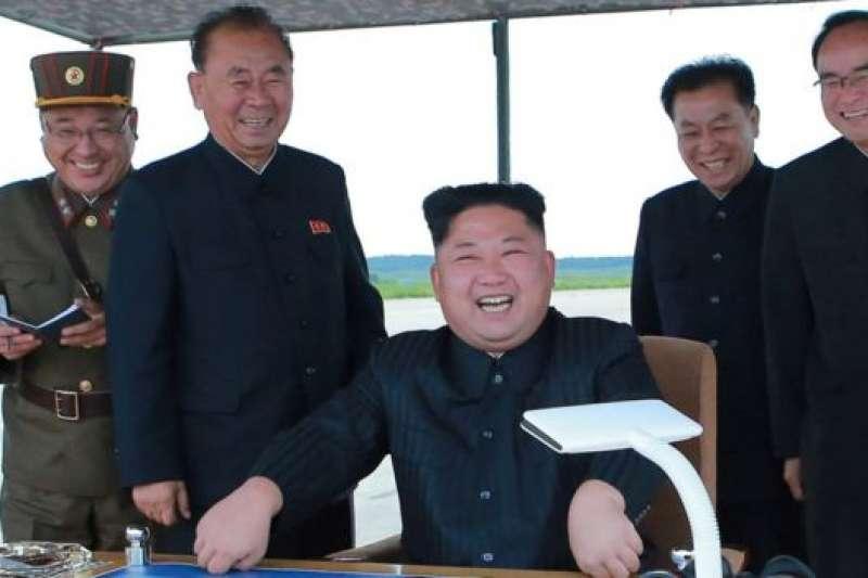 「就在這種地緣政治的僵持中,金氏王朝這個政權找到可以操縱的槓杆。美中俄日等強國都得容忍其流氓行徑,而獨裁政權下的人民,則得直接承受最大苦楚。」圖為北韓領導人金正恩觀摩導彈發射。(BBC中文網)