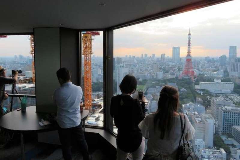 在世界貿易中心瞭望台拍照的人們。這裡最熱鬧的時間是日落開始到晚間。(圖/日本購物攻略提供)
