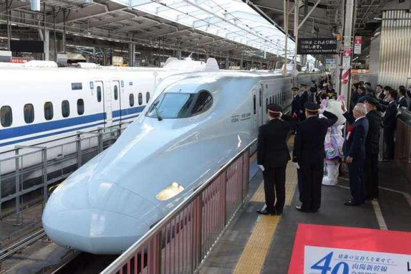 山陽新幹線全線開業40年紀念儀式結束後,出席者們目送新幹線出發。(圖/日本購物攻略提供)