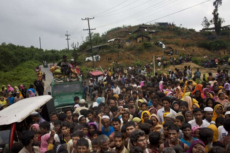 2周內超過31萬羅興亞難民湧入孟加拉。孟加拉當局預計將羅興亞難民移送到偏遠的巴贊查爾島。(美聯社)