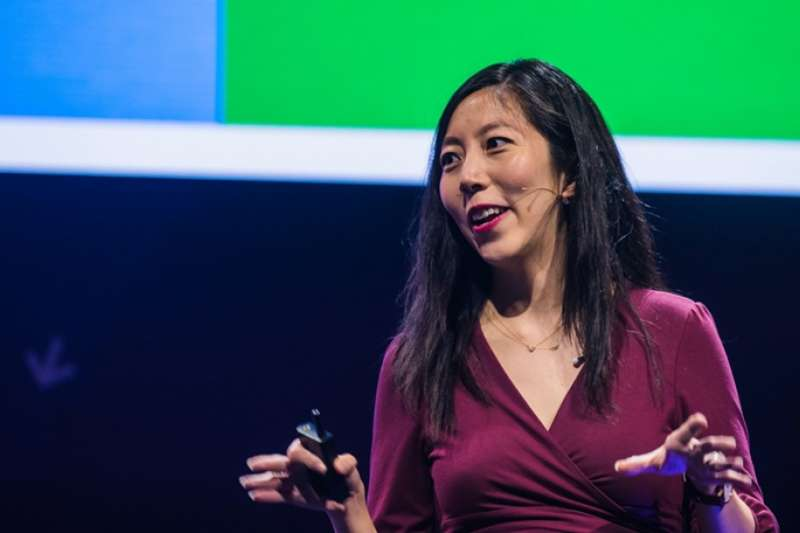 Facebook副總Julie Zhou分享團隊管理的經驗。(圖/截自Youtube)