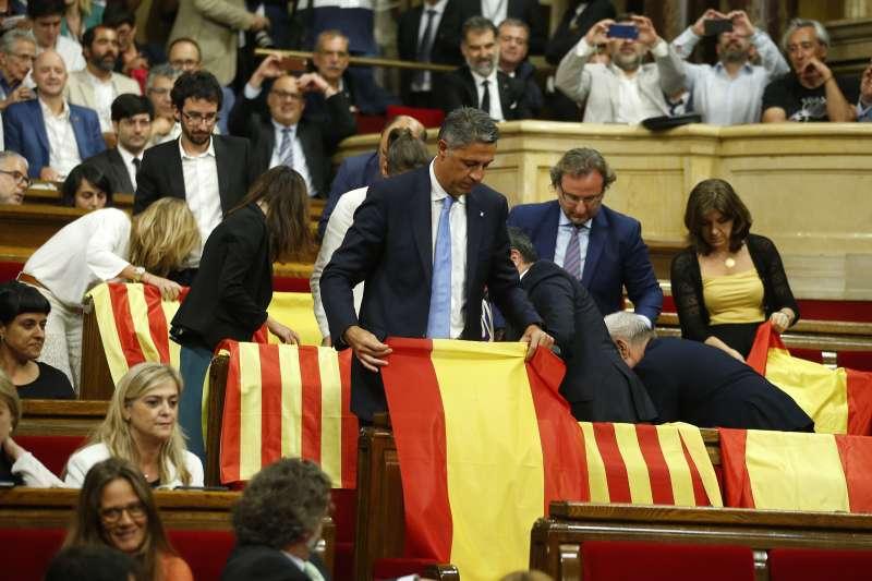 加泰隆尼亞獨立公投:人民黨議員放置西班牙與加泰隆尼亞旗幟,表達反對獨立(AP)