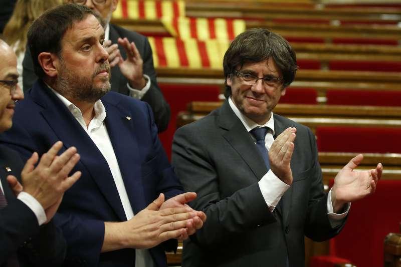 加泰隆尼亞獨立公投:加泰隆尼亞自治政府主席普吉德蒙(右)(AP)