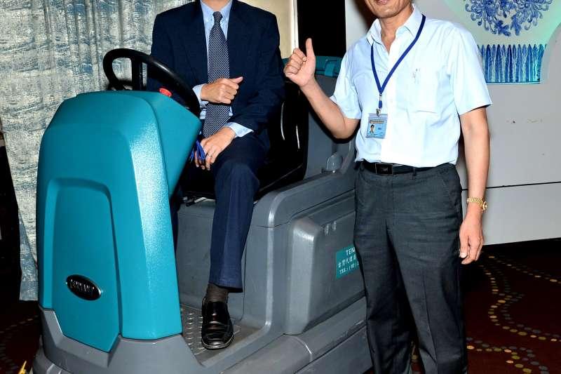傑融科技總經理林清吉(右)、美國Tennant亞洲區總經理管啟盛(左)向業界推薦Tennant洗地機,環保清潔高效率。(圖/TENNANT提供)