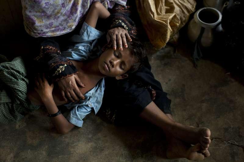緬甸羅興亞人苦難不斷,位於洛開邦的高杜薩拉村遭當地佛教徒焚毀,倖存的羅興亞村民逃至難民營(AP)