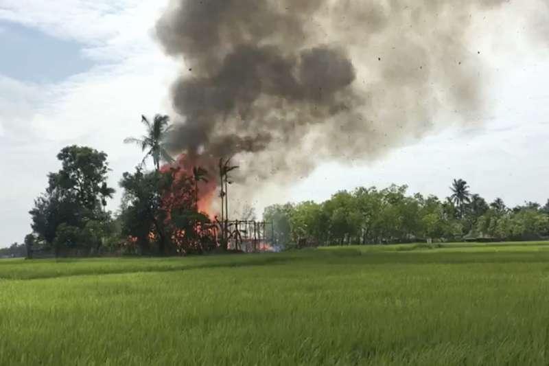 緬甸羅興亞人苦難不斷,位於若開邦的高杜薩拉村遭當地佛教徒焚毀(AP)