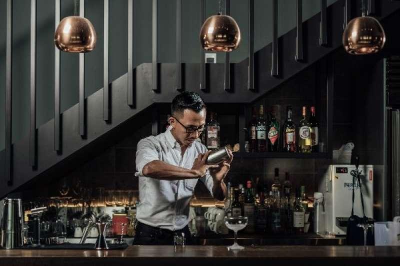 張均豪師從倫敦知名調酒師 Peter Kendall,嚴師出高徒,他曾獲世界調酒大賽 World Class 亞軍的肯定,熟悉台灣調酒產業生態,深受歐美日三地不同調酒文化影響。(圖/明日誌MOT TIMES提供)