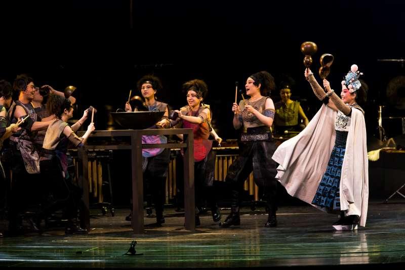 2017-09-09-擊樂劇場《木蘭》2013年版劇照,劇中使用了許多如鍋碗、筷子、葫蘆瓶等非傳統的打擊樂器。(朱宗慶打擊樂團提供)