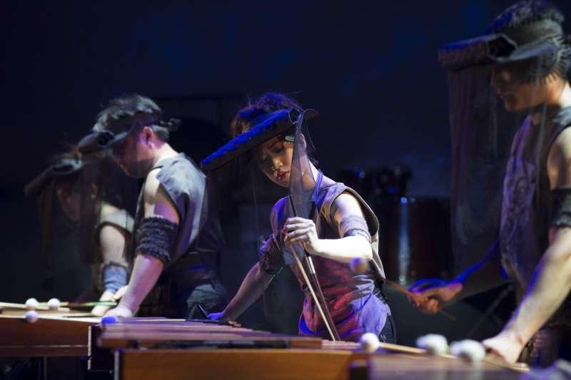 2017-09-09-擊樂劇場《木蘭》2013年版劇照,劇中以低音弓弦拉磨木琴琴版,突破擊樂限制,產生如弦樂的效果。(朱宗慶打擊樂團提供)