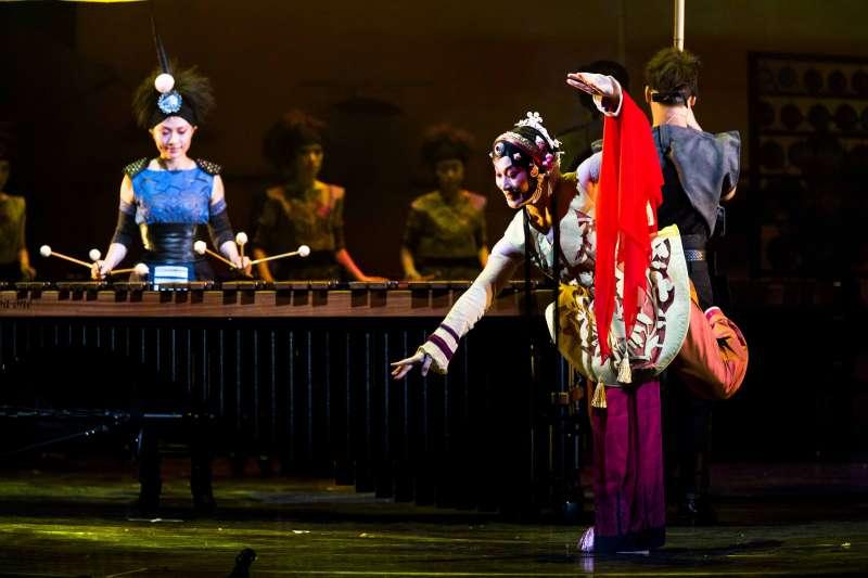 2017-09-09-擊樂劇場《木蘭》2013年版劇照,由京劇名伶朱勝麗飾演的「京劇木蘭」(右)與朱團首席吳珮菁的「擊樂木蘭」(左)互相輝映02。(朱宗慶打擊樂團提供)