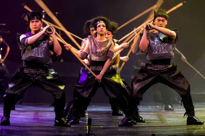 2017-09-09-擊樂劇場《木蘭》2013年版劇照,《大戰》一段以京劇「十八棍」技巧結合打擊樂手法呈現戰場兩軍廝殺。(朱宗慶打擊樂團提供)