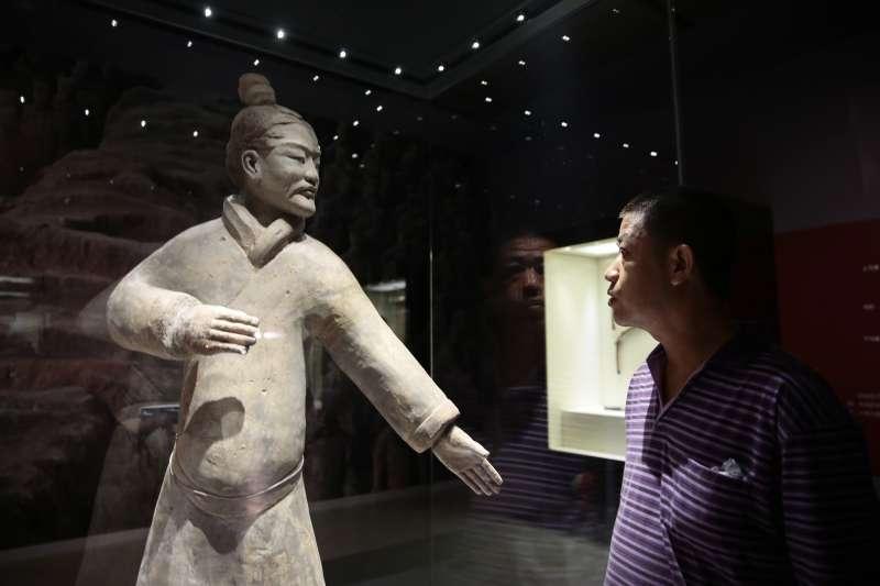 「動.境──中華古代體育文物展」在天津開展,一名觀眾在參觀秦朝時期的立射俑(新華社)