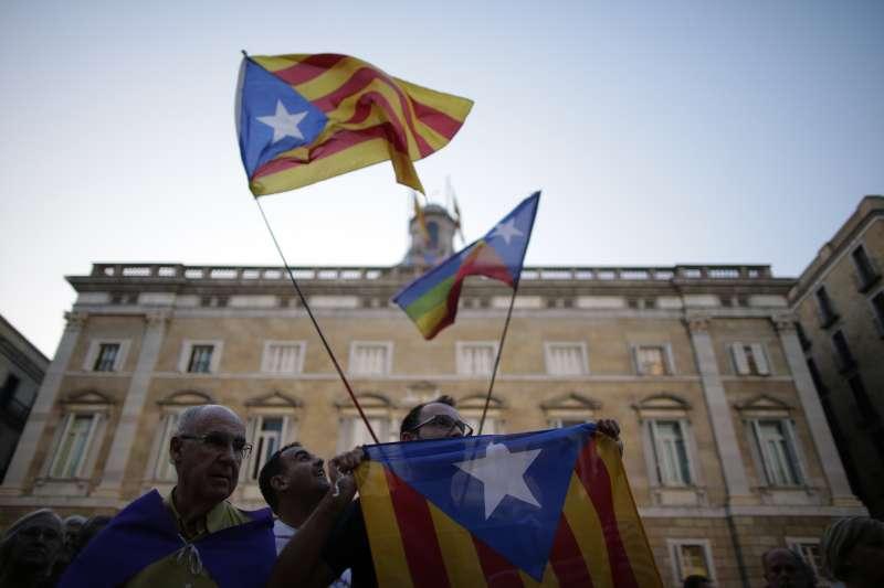 加泰隆尼亞獨立公投:民眾揮舞加泰隆尼亞的「孤星旗」(AP)