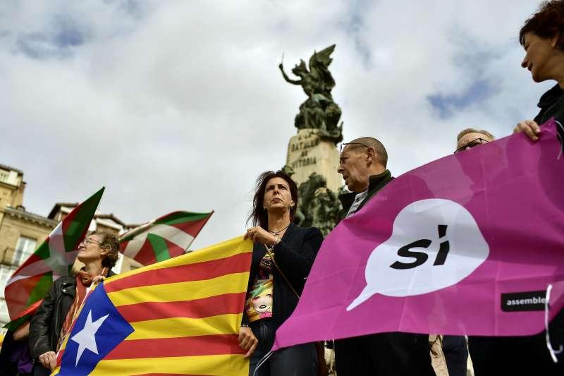 加泰隆尼亞獨立公投:民眾拿著加泰隆尼亞旗幟與支持獨立標語(AP)