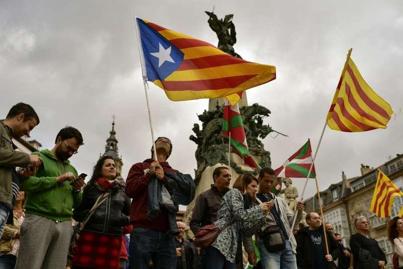 西班牙東北部的加泰隆尼亞地區將辦獨立公投,民眾揮舞加泰隆尼亞的「孤星旗」表明建國心願(AP)