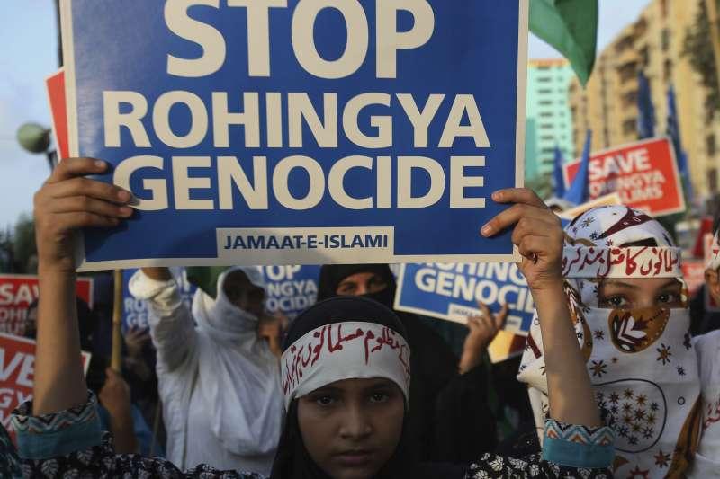 巴基斯坦一名穆斯林少女10日走上第一大城喀拉蚩的街頭,抗議緬甸政府迫害該國穆斯林少數民族羅興亞人(AP)